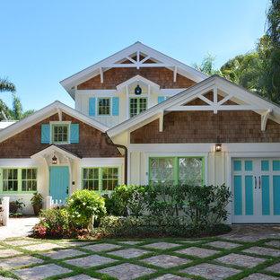 Cette image montre une façade en bois jaune marine à un étage et de taille moyenne avec un toit à deux pans.