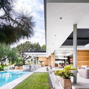 Foto på ett stort funkis flerfärgat hus, med allt i ett plan och glasfasad