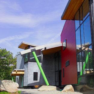 Imagen de fachada de casa multicolor, contemporánea, grande, de dos plantas, con revestimiento de metal