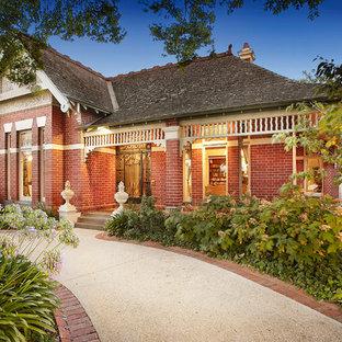Пример оригинального дизайна интерьера: фасад дома в классическом стиле с облицовкой из кирпича