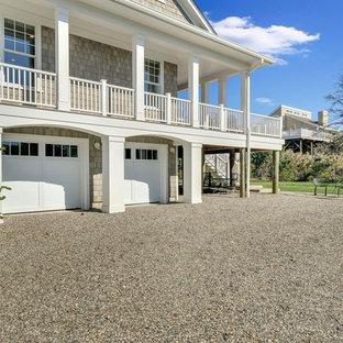 Diseño de fachada de casa gris, marinera, con revestimiento de adobe, tejado a dos aguas y tejado de teja de madera