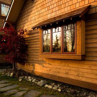 Ispirazione per la facciata di una casa grande marrone american style a due piani con rivestimento in legno e tetto a capanna