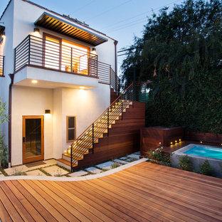 Idéer för mellanstora funkis vita hus, med två våningar, stuckatur och platt tak