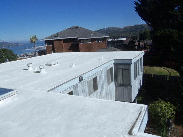 コンテンポラリー 家の外観 by Wedge Roofing