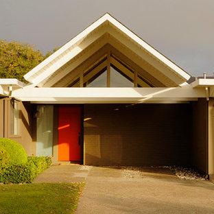 Modelo de fachada de casa marrón, retro, de tamaño medio, de una planta, con revestimiento de estuco y tejado plano