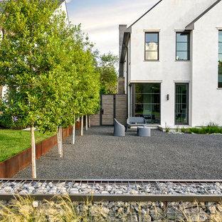 Immagine della facciata di una casa unifamiliare grande multicolore moderna a due piani con rivestimenti misti, tetto a capanna e copertura in metallo o lamiera