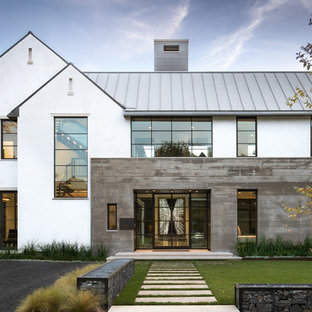 Идея дизайна: большой, двухэтажный, разноцветный частный загородный дом в стиле модернизм с комбинированной облицовкой, двускатной крышей и металлической крышей