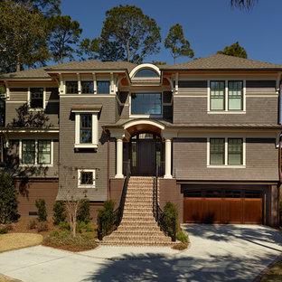 Idee per la facciata di una casa marrone stile marinaro a tre o più piani con rivestimento in legno