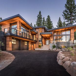 Diseño de fachada de casa marrón, contemporánea, de dos plantas, con revestimiento de madera y tejado de un solo tendido