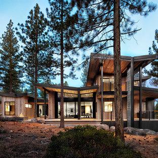 Zweistöckiges Rustikales Haus mit Holzfassade und Schmetterlingsdach in San Francisco