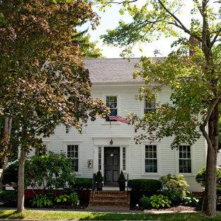 Cette photo montre une façade en bois blanche chic de taille moyenne et à un étage.