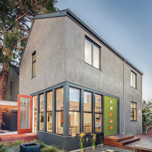 Ejemplo de fachada de casa gris, ecléctica, grande, de dos plantas, con revestimiento de hormigón y tejado a dos aguas