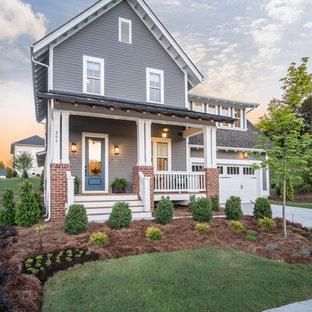 Aménagement d'une façade de maison grise classique de taille moyenne et à un étage avec un toit à deux pans et un toit en shingle.