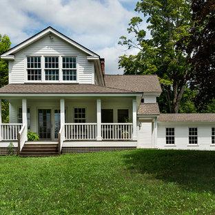 Foto på ett lantligt vitt hus i flera nivåer