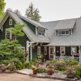 Idéer för att renovera ett stort shabby chic-inspirerat grönt hus, med två våningar, sadeltak och tak i shingel