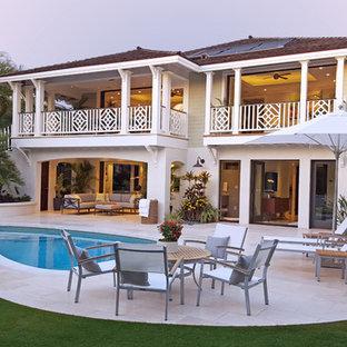 Idéer för mellanstora tropiska vita hus, med två våningar, vinylfasad och valmat tak