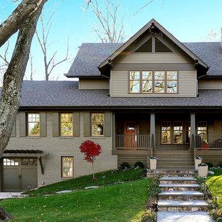 Idee per la facciata di una casa grigia american style con rivestimenti misti