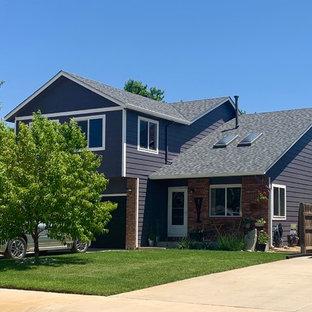 Пример оригинального дизайна: двухэтажный, фиолетовый частный загородный дом среднего размера в классическом стиле с двускатной крышей и крышей из гибкой черепицы
