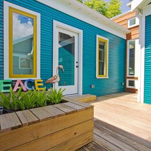 Foto de fachada de casa azul, de estilo americano, de tamaño medio, de una planta, con revestimiento de madera, tejado a dos aguas y tejado de teja de madera
