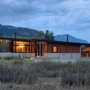 Idee per la facciata di una casa piccola marrone contemporanea a un piano con rivestimento in metallo e tetto a una falda