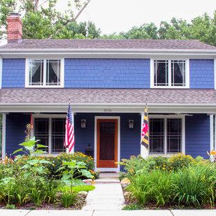 Immagine della facciata di una casa piccola viola classica a due piani con rivestimento in legno