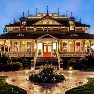 Cette image montre une façade de maison verte traditionnelle à un étage avec un revêtement en vinyle.