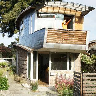 Modelo de fachada ecléctica, pequeña, de dos plantas, con revestimientos combinados