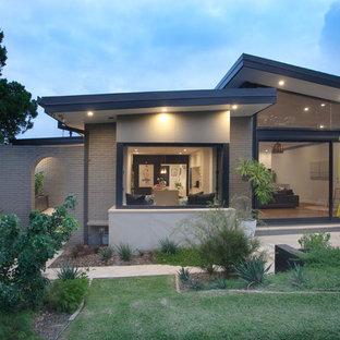 Ejemplo de fachada beige, contemporánea, de tamaño medio, de dos plantas, con revestimiento de ladrillo
