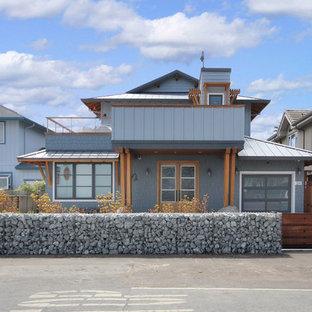 Idee per la facciata di una casa blu stile marinaro a due piani di medie dimensioni con rivestimento con lastre in cemento
