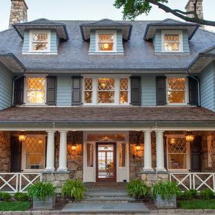 Inspiration för ett stort vintage grått trähus, med tre eller fler plan och valmat tak