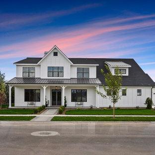 Inspiration för stora lantliga vita hus, med två våningar, blandad fasad, pulpettak och tak i mixade material