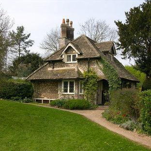 На фото: дом в классическом стиле с облицовкой из камня