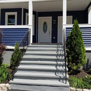 ボストンのコンテンポラリースタイルのおしゃれな家の外観 (ビニールサイディング、青い外壁、切妻屋根、アパート・マンション、板屋根) の写真