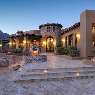 Foto de fachada de casa marrón, de estilo americano, grande, de una planta, con tejado plano, revestimientos combinados y tejado de teja de barro