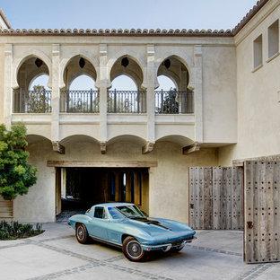 Imagen de fachada de casa beige, mediterránea, extra grande, de dos plantas, con revestimiento de adobe, tejado plano y tejado de teja de barro