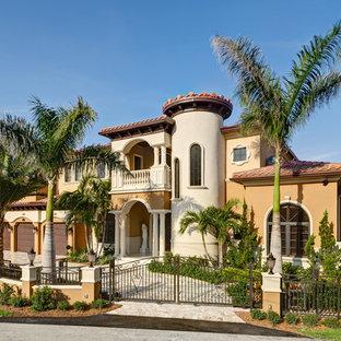 マイアミの地中海スタイルのおしゃれな家の外観 (アドベサイディング) の写真