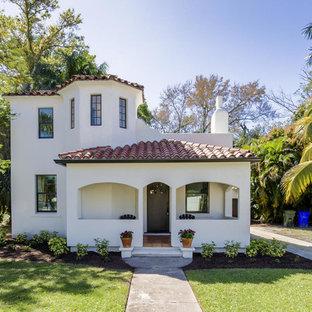 マイアミの地中海スタイルのおしゃれな家の外観 (コンクリートサイディング) の写真