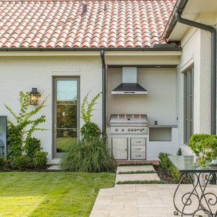ダラスのコンテンポラリースタイルのおしゃれな家の外観 (レンガサイディング、切妻屋根、アパート・マンション、瓦屋根) の写真