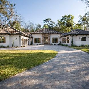 Diseño de fachada de casa blanca, mediterránea, de una planta, con revestimiento de estuco, tejado a cuatro aguas y tejado de teja de barro