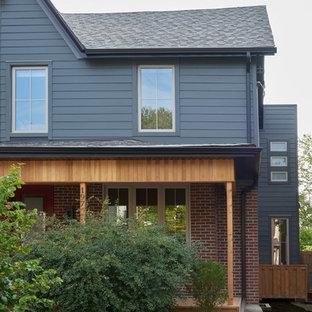 トロントの中くらいのエクレクティックスタイルのおしゃれな家の外観 (レンガサイディング、青い外壁、デュープレックス) の写真