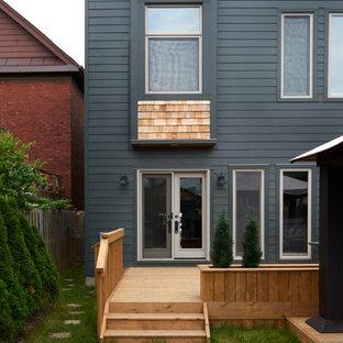 Foto de fachada de casa bifamiliar roja, bohemia, de tamaño medio, de dos plantas, con revestimiento de ladrillo, tejado a cuatro aguas y tejado de teja de madera