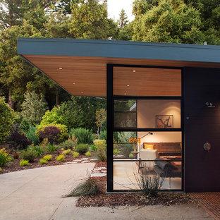 サンフランシスコのコンテンポラリースタイルのおしゃれな平屋 (ガラスサイディング、茶色い外壁) の写真