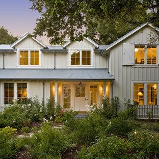 Immagine della facciata di una casa country a due piani di medie dimensioni con rivestimento in legno