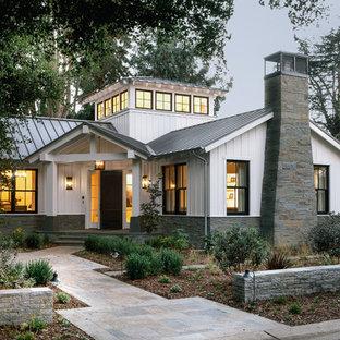 Modelo de fachada blanca, de estilo de casa de campo, de una planta, con tejado a dos aguas