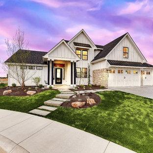 Bild på ett stort lantligt hus