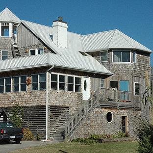 Свежая идея для дизайна: дом в викторианском стиле с белой крышей - отличное фото интерьера