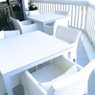 Diseño de fachada blanca, actual, extra grande, de una planta, con revestimiento de vidrio