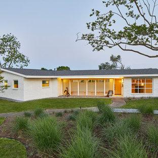 Idées déco pour une façade de maison blanche rétro de taille moyenne, de plain-pied et en briques peintes avec un toit à deux pans et un toit en shingle.