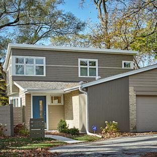 Inspiration för ett mellanstort retro beige hus i flera nivåer, med fiberplattor i betong och pulpettak