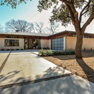 Diseño de fachada beige, retro, de tamaño medio, de una planta, con revestimiento de ladrillo y tejado a cuatro aguas